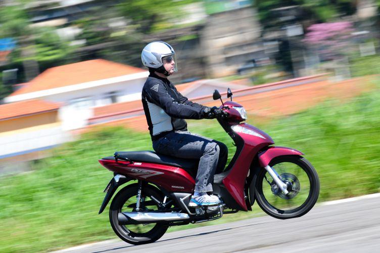 Baixo peso e ciclística acertada fazem da Honda Biz uma moto muito