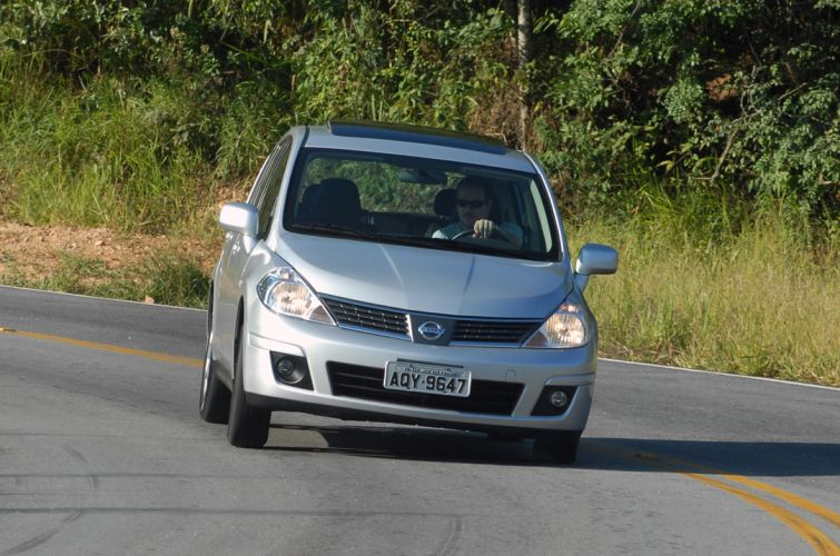 Tiida SL flex - Fotos - UOL Carros