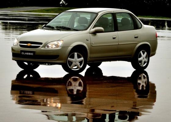 Chevrolet Classic 2011 traz novas frente e traseira, mas conteúdo de equipamentos continua mínimo e motor 1.0 tem fôlego limitado; destaque é o espaço interno