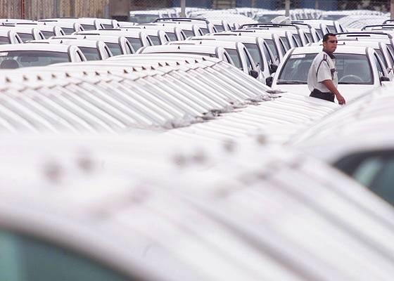 Foto de arquivo mostra carros nacionais prontos para embarcar rumo ao México