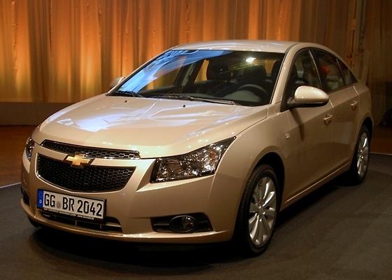 Acima, exemplar do Chevrolet Cruze emplacado para rodar na Alemanha; GM não se cansa de repetir que novo três-volumes é carro de concepção mundial com motor e câmbio de ponta