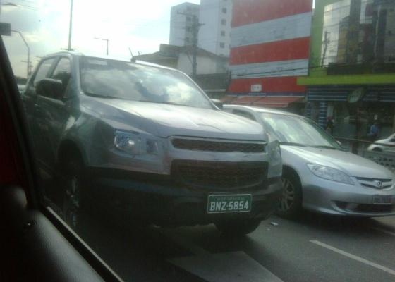 Picape foi vista em São Caetano do Sul (SP), na mesma avenida que sedia a fábrica da General Motors. Mesmo camuflada. dianteira confirma que a nova S10 será baseada na Colorado