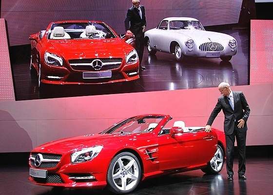 Mercedes-Benz SL é apresentada pelo bigodudo Dieter Zetsche, chefão mundial da Daimler