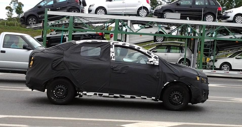Chevrolet Ônix sedã é flagrado na rodovia Régis Bittencourt; carro estava escoltado por duas S10, que tentaram impedir os leitores de fazer as imagens