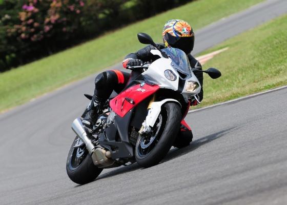A S 1000 RR 2012 é o mais perto que uma pessoa normal pode chegar de uma moto de corrida