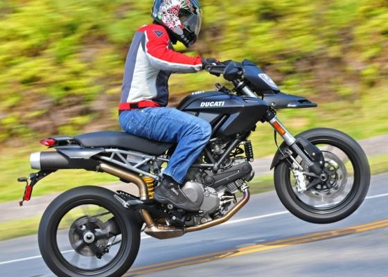 <b>Repare a roda no ar: Ducati tem motor Desmodue de 81 cv e bom torque</b>