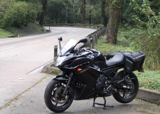 Bom motor e câmbio bem escalonado são características da Yamaha XJ6F. Moto poderia ter mais espaço para bagagem - Arthur Caldeira/Agência Infomoto