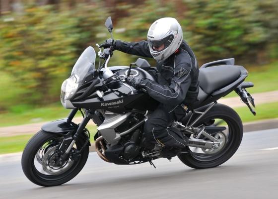 Com design marcante, suspensões de longo curso e motor amigável, Kawasaki Versys é mais uma opção no segmento dos 600 cm³