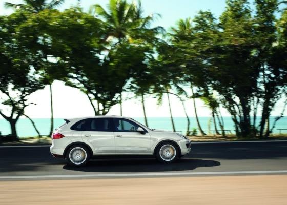 SUV da Porsche conta com auxílio de motor híbrido e consegue ser rápido e econômico - Divulgação