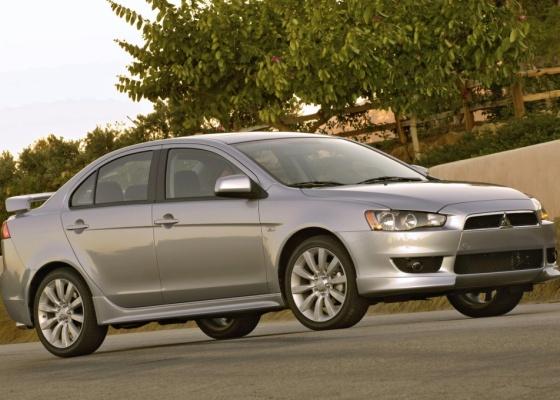 Mirando Corolla e Civic, o Lancer tem design agressivo e desempenho à altura dos rivais