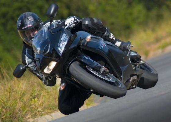 Modelo 2010 da superesportiva japonesa de 600cm³ tem 120 cv de potência. Para segurar o ímpeto e garantir a segurança, sistema de freios eletrônico conta com ABS