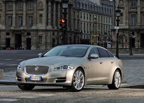 Jaguar XJ, que encara Mercedes Classe S, Audi A8 e BMW Série 7, passou do estilo conservador às linhas ousadas. Motor de 385 cv leva o modelo de 0 a 100 km/h em 5,7 s