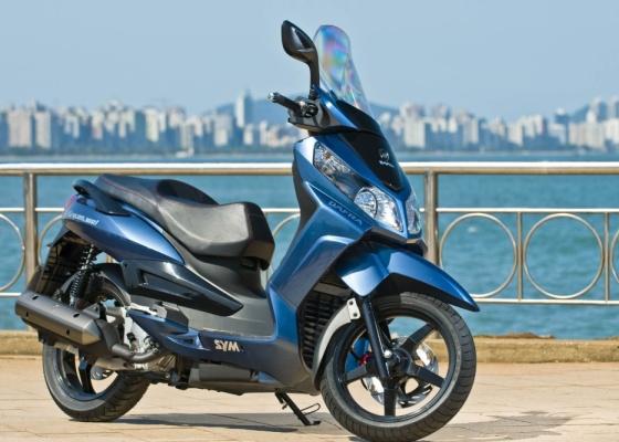 Fruto da parceria com a taiwanesa SYM, o modelo estará disponível ao mercado brasileiro no final do mês e conta com freios a disco, rodas aro 16 polegadas e injeção eletrônica - Divulgação