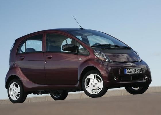 <b>i-MiEV (acima) é exemplo de elétrico da atual safra: desenvolvido em parceria por japoneses e europeus, é vendido na Ásia pela Mitsubishi, na França com as marcas Peugeot e Citroën, e também roda em testes no Brasil</b> - Divulgação