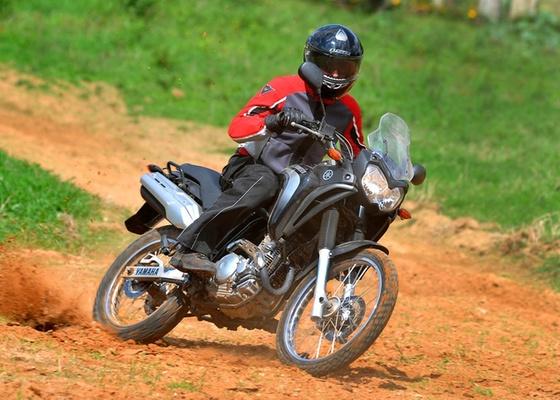 Com faróis duplos, bolha frontal, banco em dois níveis e tanque com capacidade para de 16 litros de gasolina, o modelo de uso misto foi feito exclusivamente para motociclista brasileiro - Gustavo Epifanio/Infomoto