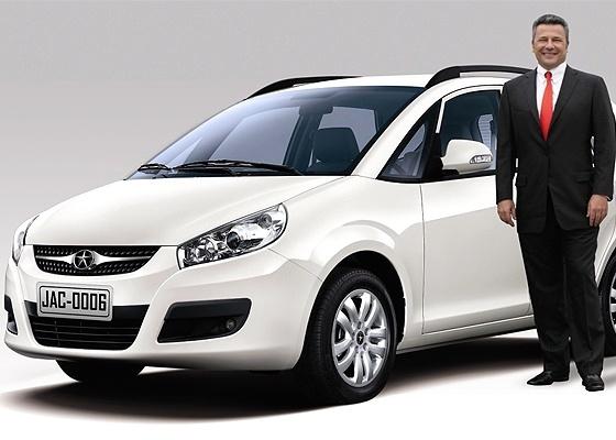 Habib ao lado da minivan JAC J6: empresário faz aposta dupla na força de Brasil e China - Divulgação