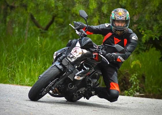 Com motor 600 cm³ de apenas dois cilindros, naked japonesa tem preço acessível e seduz quem busca uma moto para o uso diário -