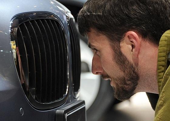 Visitante observa BMW nos mínimos detalhes: Detroit comemora retomada da relevância