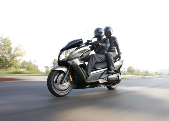 Com motor de dois cilindros e 51 cv de potência máxima, o modelo oferece requinte, sofisticação e a opção do sistema de freios ABS