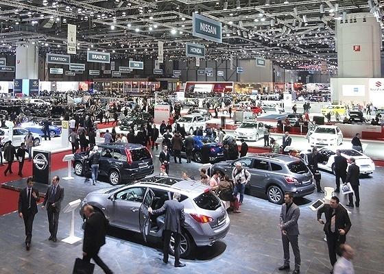 <b>Jornalistas olham carros expostos na prévia de imprensa de Genebra, no dia 2</b> - Claudio de Souza/UOL