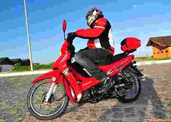 Modelo traz baú de série, percorre mais de 50 km com um litro de combustível e custa R$ 3.490 - Marcelo Rolim/Divulgação