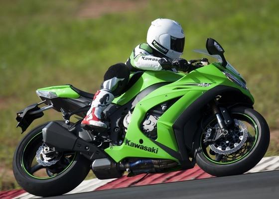 O modelo 2011 da superesportiva japonesa chega com motor de 201 cv de potência, controle de tração, novo design e preço sugerido de R$ 59.900 - Divulgação
