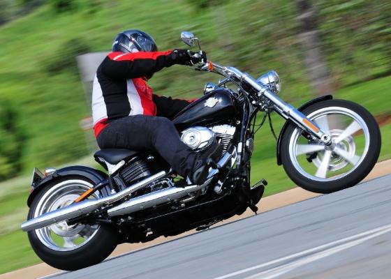 Modelo conta com pneu traseiro de 240 mm, garfo alongado, motor de 1600 cm³ e preço sugerido de R$ 51.900,00 - Doni Castilho/Infomoto
