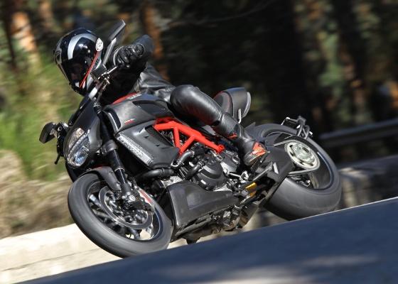 As fabricantes estão criando luvas, jaquetas e até capacetes para combinar com modelos específicos de motos - Divulgação