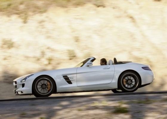 Agora sem teto, SLS AMG Roadster mantém a principal característica do cupê: desempenho - Divulgação