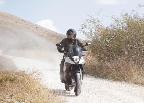 Com ciclística esportiva e um V4 de 800 cc, moto é a estréia da fábrica no segmento crossover - Divulgação