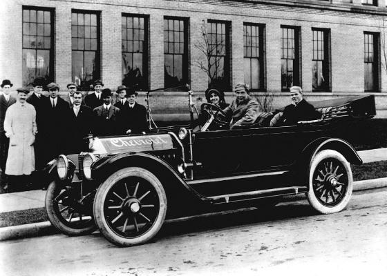 """Acima, Louis Chevrolet (de casaco branco) e W. C. """"Billy"""" Durant (de preto, ao lado do para-brisa) observam modelo Chevrolet Series C Classic Six de 1912 dirigido por Cliff Durant - Divulgação/Chevrolet Europe"""