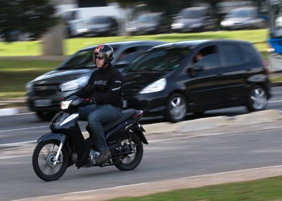 Modelo tem rodas de liga leve, freio dianteiro a disco e motor flex, mas custa R$ 6.590 - Doni Castilho/Infomoto