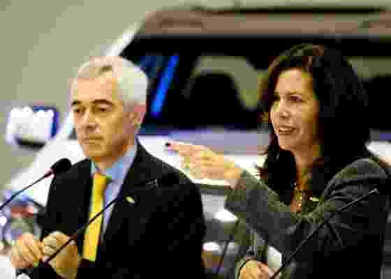 Jaime Ardila, presidente da GM para a América do Sul, e Grace Lieblein, presidente da GM no Brasil que assumiu o cargo em junho, anunciam plano de renovação da marca Chevrolet no país sentados em frente ao conceito da nova picape Colorado, que pode substituir ou rebaixar a S10 - Danilo Verpa/Folhapress