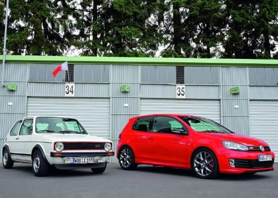 Lado a lado, o Golf GTI de primeira geração e o carro criado para comemorar seus 35 anos - Divulgação