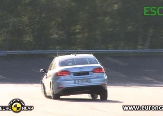 """Na imagem, o sedã VW Jetta sendo submetido ao """"teste do alce"""" - Reprodução"""