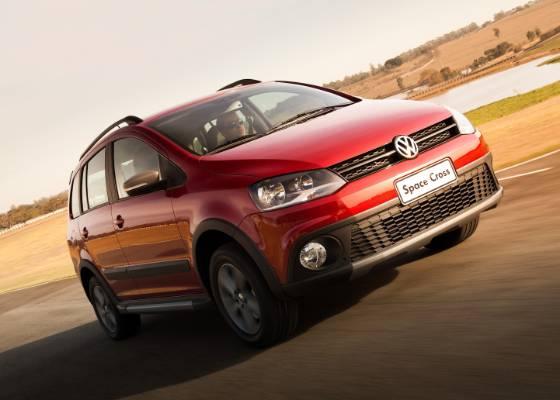 Suspensão elevada, visual aventureiro e boa lista de equipamentos fecham o pacote do Volkswagen Space Cross; alto preço pode ser obstáculo para superar a concorrência - Divulgação