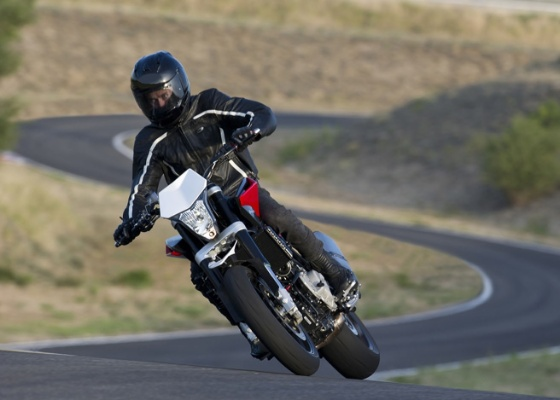 Agora integrante do Grupo BMW, marca sueca une em sua nova moto naked, a Nuda 900R, o ousado estilo Husq com a tecnologia de ponta da fabricante alemã - Divulgação