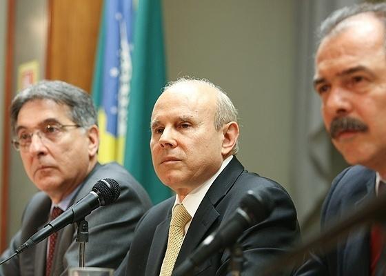 Guido Mantega, ministro da Fazenda, com os colegas Fernando Pimentel e Aloizio Mercadante - Sérgio Lima/Folhapress