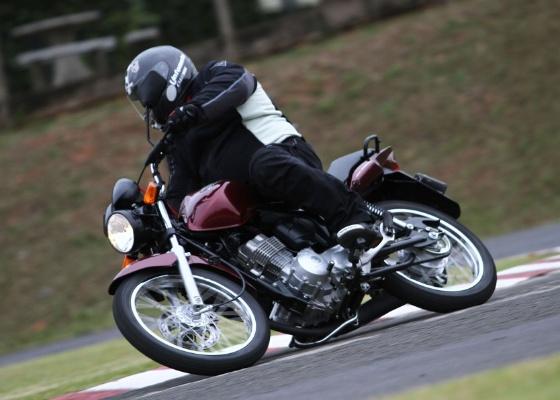 Ágil e econômica, a nova versão da moto urbana mais vendida no Brasil pode rodar com álcool ou gasolina. Além da tecnologia Flex, o que mais impressiona é sua bem acertada ciclística - Mário Villaescusa/Infomoto