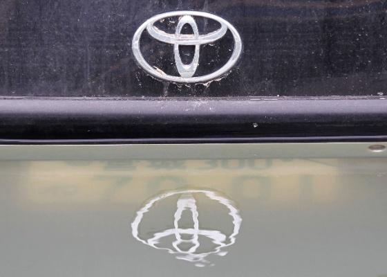 Logo de um carro da Toyota no pátio de unidade tailandesa inundada após chuvas de outubro - Kim Kyung-Hoon/Reuters