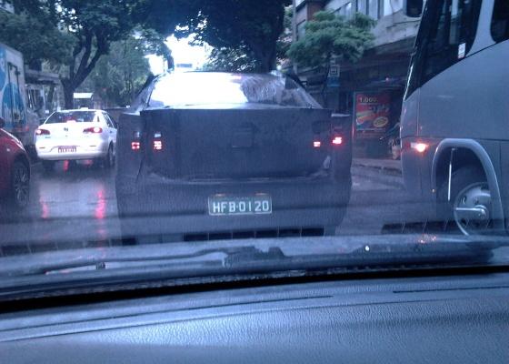 <b>Provável exemplar do novo Fiat Siena roda em Minas com pesada camuflagem</b> - Bernardo Cordeiro Catarina/UOL