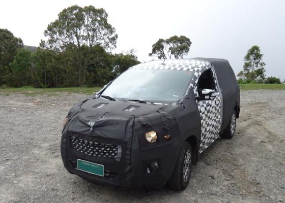 Nem o forte disfarce oculta o DNA da Chevrolet: grade enorme bipartida e faróis circulares - UOL