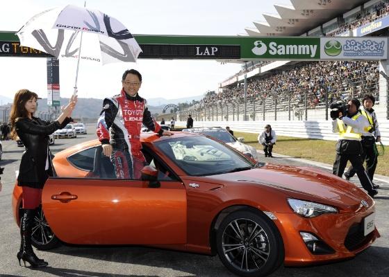 O presidente da Toyota, Akio Toyoda, apresenta o novo esportivo GT-86 durante evento em Fuji - Toshifumi Kitamura/AFP