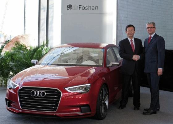 Rupert Stadler, do conselho diretor da Audi, e An Tiecheng, da FAW-VW, anunciam fábrica - Divulgação