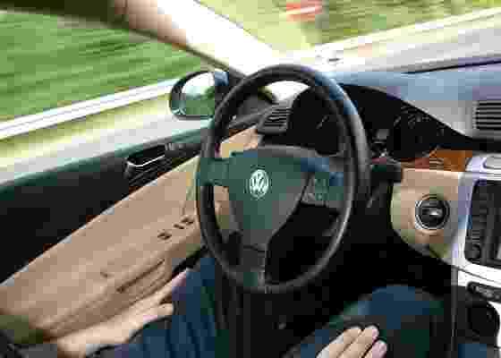 Dirigir sem as mãos ao volante já é possível, mas motorista segue responsável pela situação - Divulgação