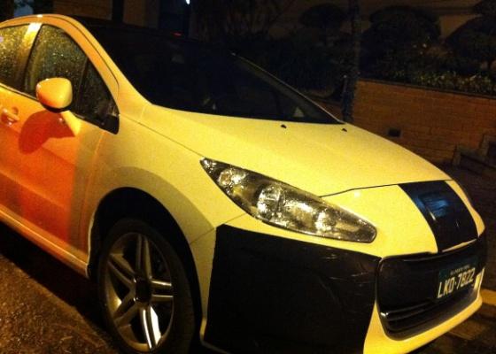 Disfarce do Peugeot 308 aumenta a dúvida: será que, no Brasil, ele vai ter LEDs? Justamente para manter-nos curiosos os nichos das luzes auxiliares estavam tapados - Felipe Ramos Carvalho/UOL