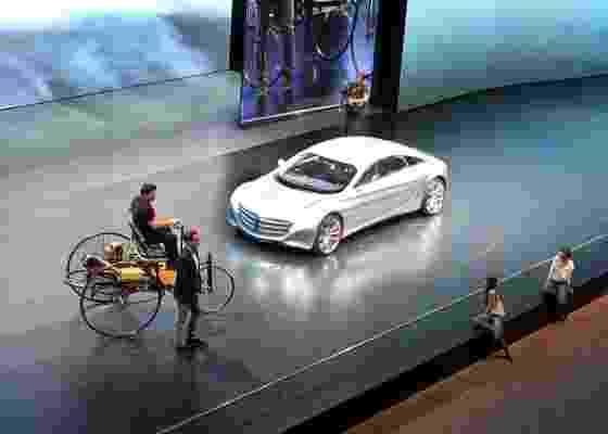 Mercedes expõe réplica do Motorwagen (esquerda) e conceito F125 no Salão de Frankfurt 2011 - Letícia Lovo