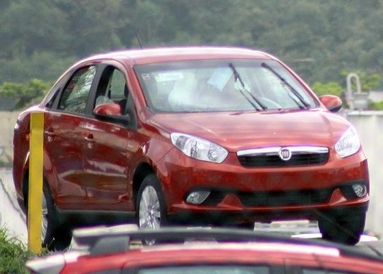 Novo modelo do Fiat Siena: carro, aqui flagrado dentro da fábrica da Fiat, chega em abril