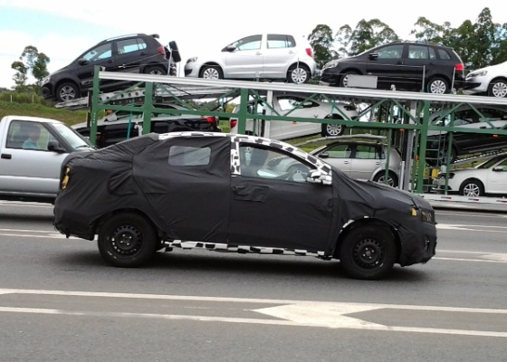 Chevrolet Ônix sedã é flagrado na rodovia Régis Bittencourt; carro estava escoltado por duas S10, que tentaram impedir os leitores de fazer as imagens   - Jorge da Costa Pimenta e Cláudia Graziela/UOL