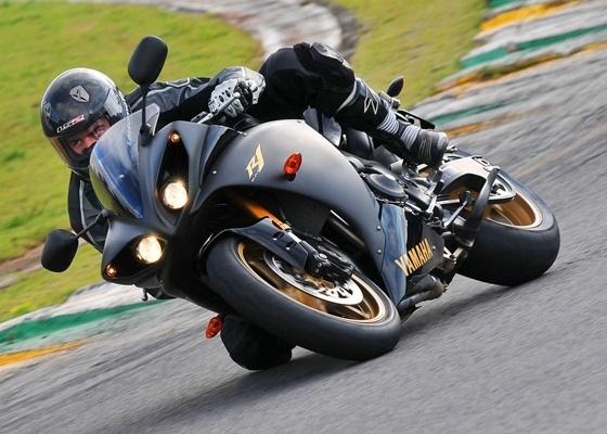 Quem pilota motos de alto desempenho deve procurar modelos mais leves e com proteção extra - Gustavo Epifânio/Infomoto